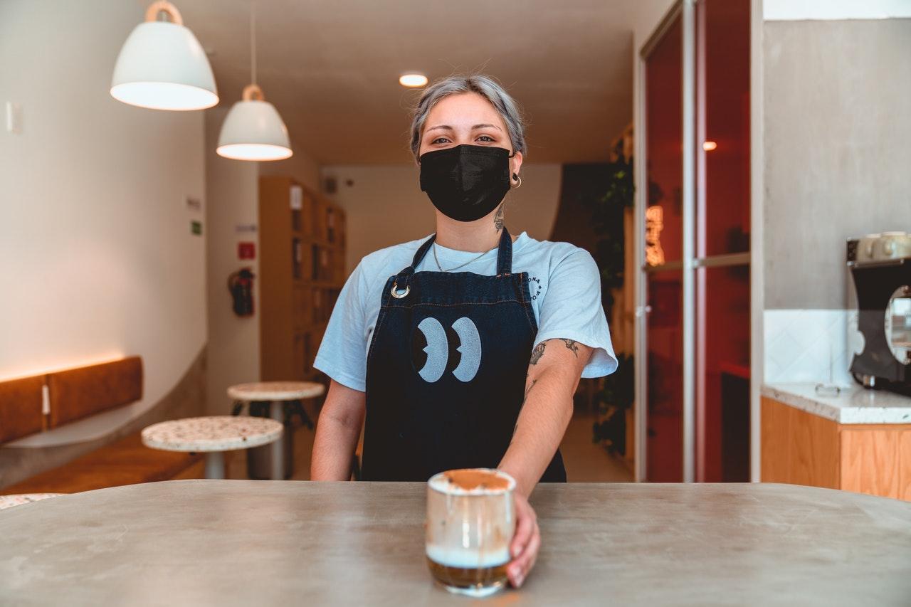 barista met mondmasker